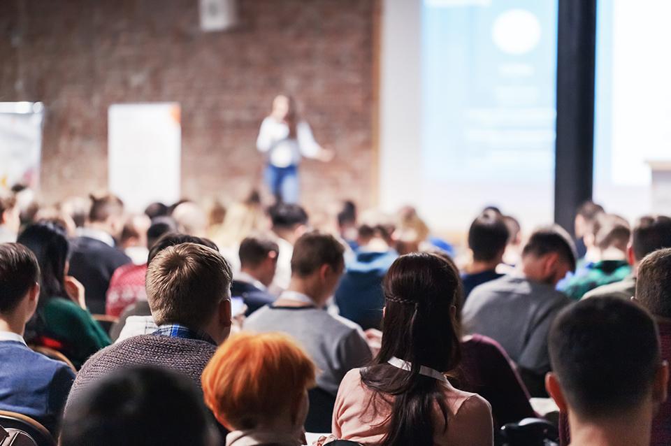 Photo prise durant une conférence.